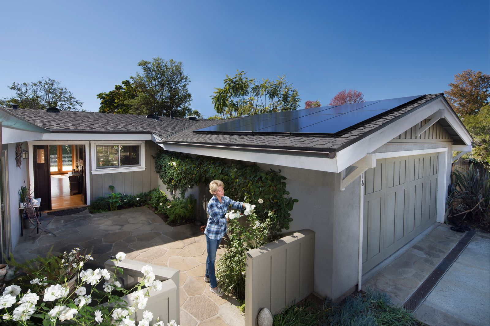 Home Solar That Proves Less Is Truly More Gone Are The Days Of Clunky Residential Solar Solar Design Vivint Solar