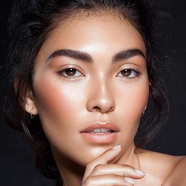 Obsessing over this Bronzed Beauty look created by @albertelizondo! Pair Shimmering Skin Perfector Pressed in Bronzed Amber with Beach tint in Grapefuit to recreate this makeup look. Available excluisvely at BECCACosmetics.com today! #BronzedAmber #BronzedbyBECCA #repost