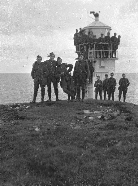Photograph is of soldiers of the Shetland Companies at the Rova Head lighthouse, early 1915.