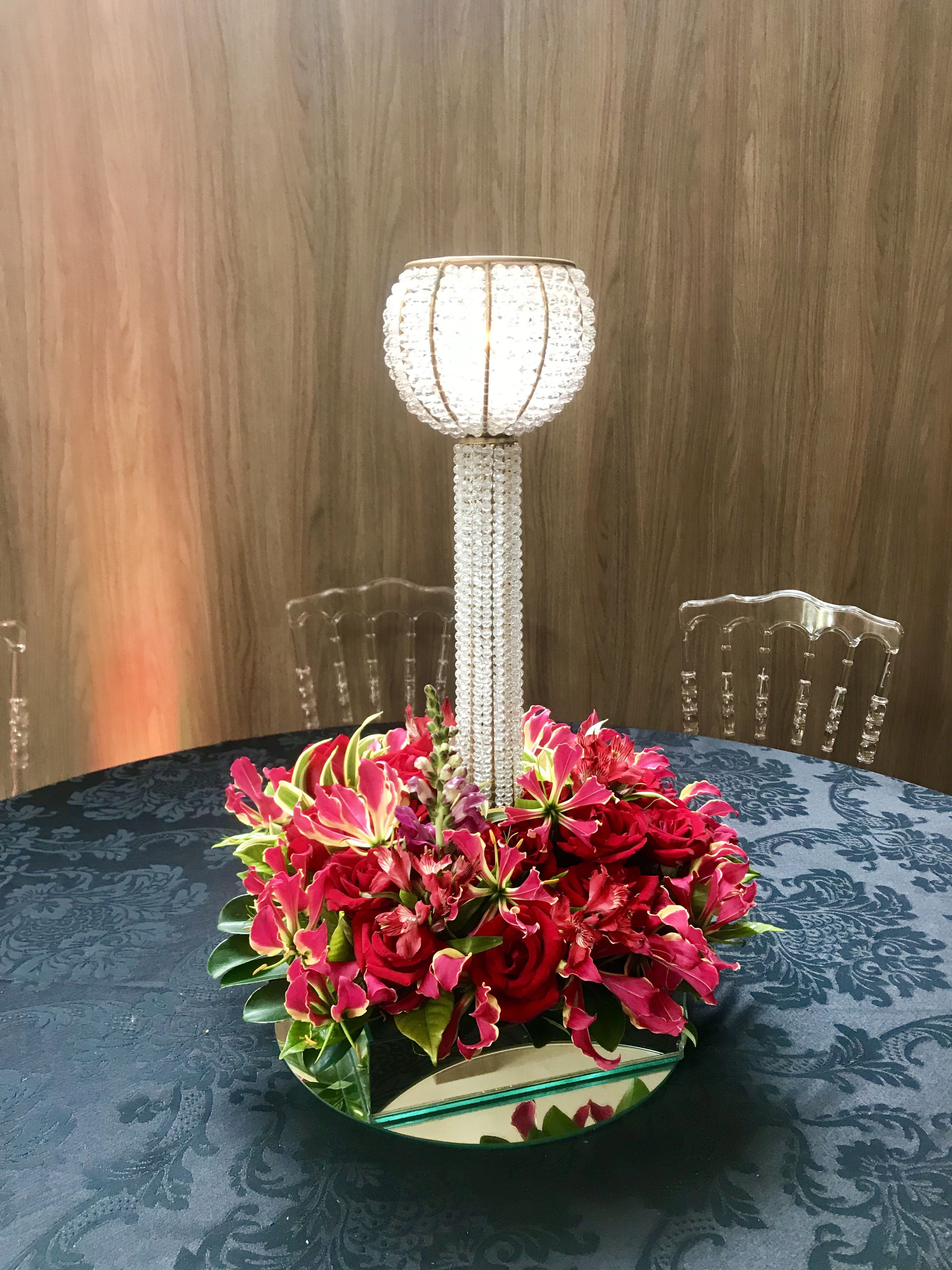 Arranjo Floral Vermelho Mesa Dos Convidados Com Castical De Uma