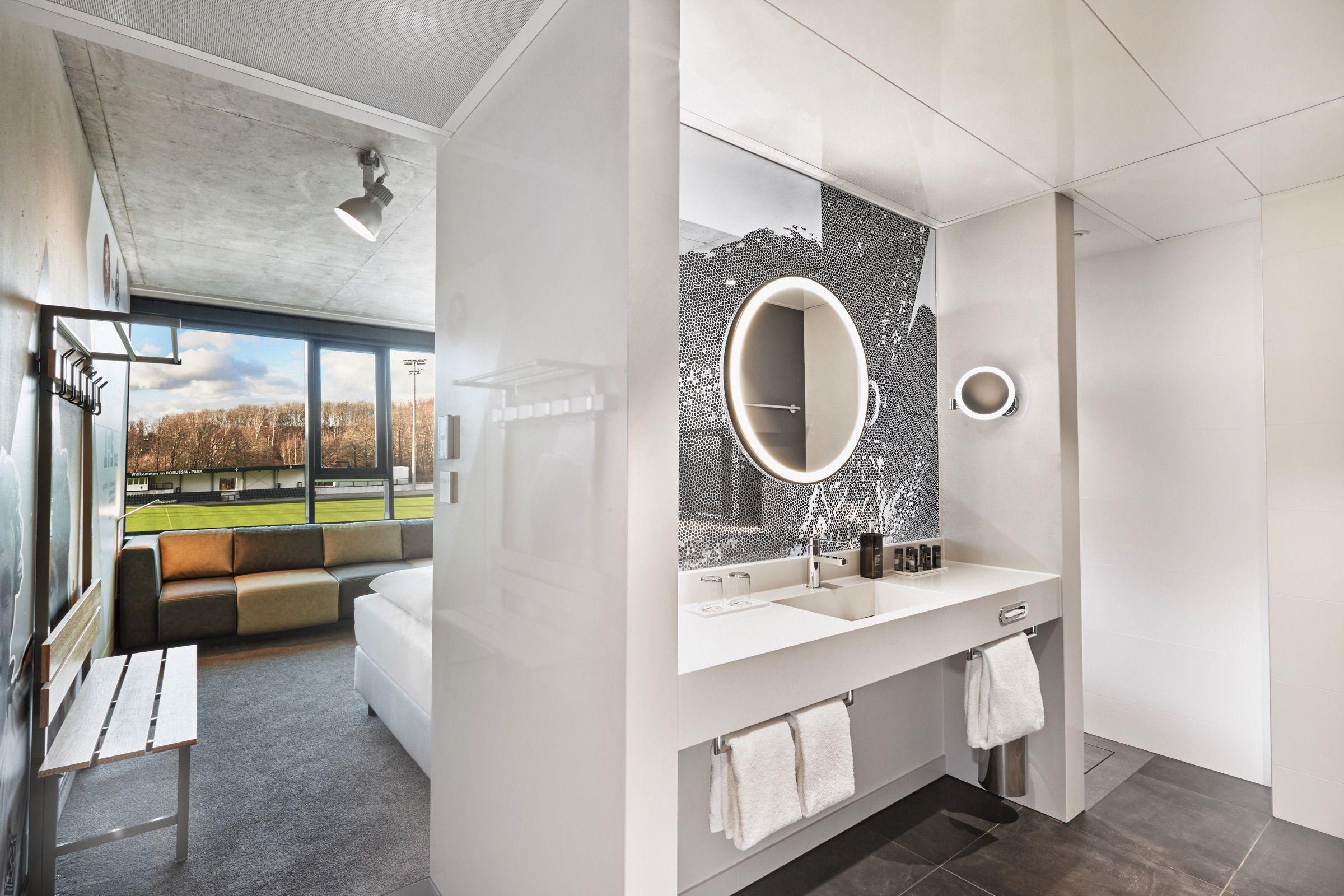 Badezimmer mit Sicht auf den Trainingsplatz   Hotel, Moderne ...