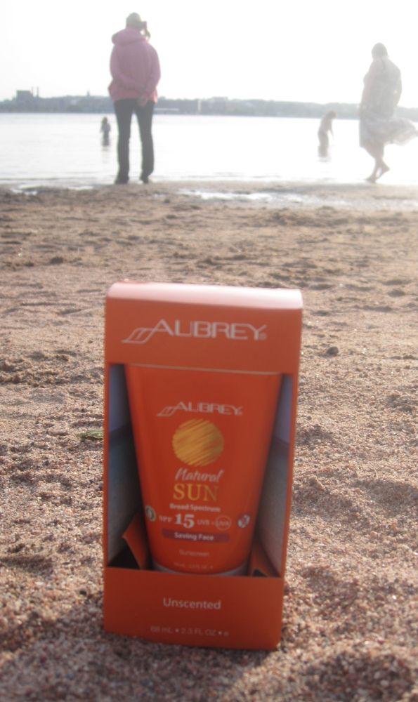 Aubrey luonnollinen aurinkovoide kasvoille Saving Face SPF 15 testissä.