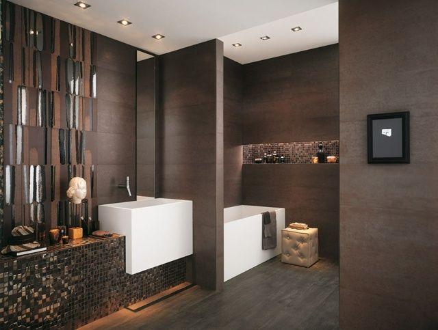 integrierte Beleuchtung an der Zimmerdecke dunkles Bad mit weißem ... | {Badezimmer fliesen holzoptik dunkel 72}