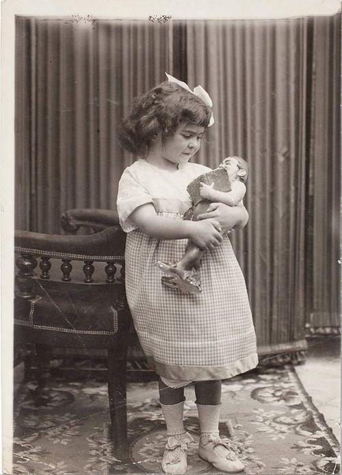 Frida Kahlo con su muñeca.