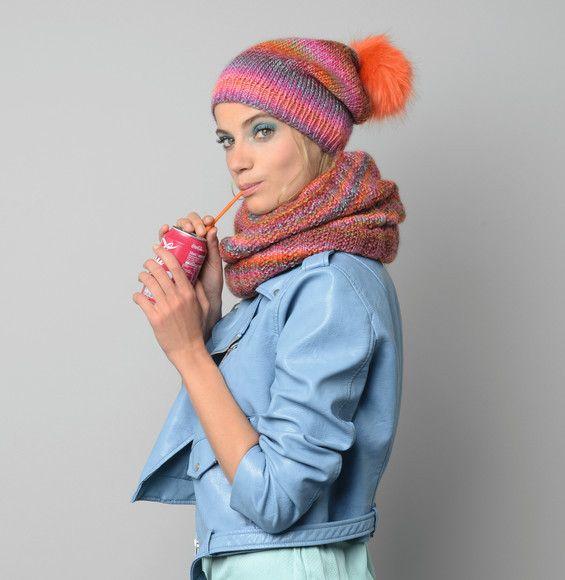 7366a90ccf59 On adore ce modèle de snood tricoté en Phil Mikado coloris arlequin. Vous  retrouverez dans le même catalogue les explications afin de tricoter le  bonnet à ...