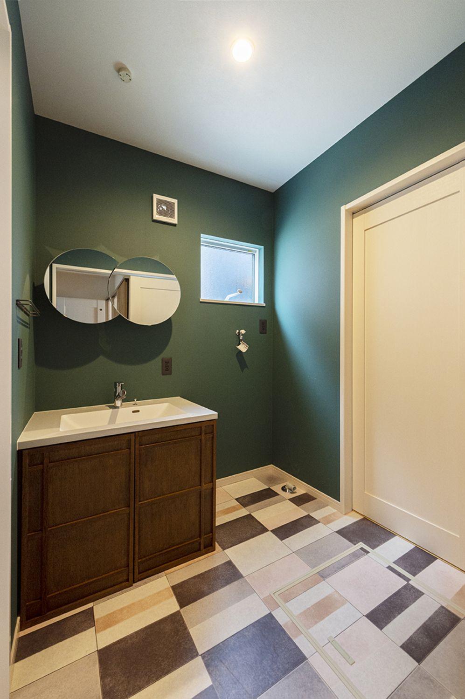ダークグリーンの壁紙に こだわりの洗面台がベストマッチ トイレのデザイン 造作 洗面台 サンゲツ 壁紙
