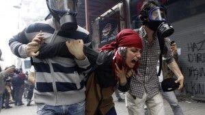 Premier anniversaire de Gezi, explosion minière meurtrière, immigration syrienne incontrôlable, élection présidentielle unilatérale et réseaux sociaux coupés. La Turquie, frontière, première halte et introduction culturelle avant le Moyen Orient, n'a jamais semblé si éloignée de l'Europe. Sous l'influence de son Premier ministre, Recepp Tayyip Erdogan, en place depuis 2003, l'Etat turc s'est enfermé, replié sur lui-même. Les populations d'Istanbul, Ankara, ne dorment plus.