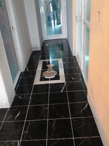 Piso de m rmol negro altamira con tapete de figura jarr n for Piso de marmol negro
