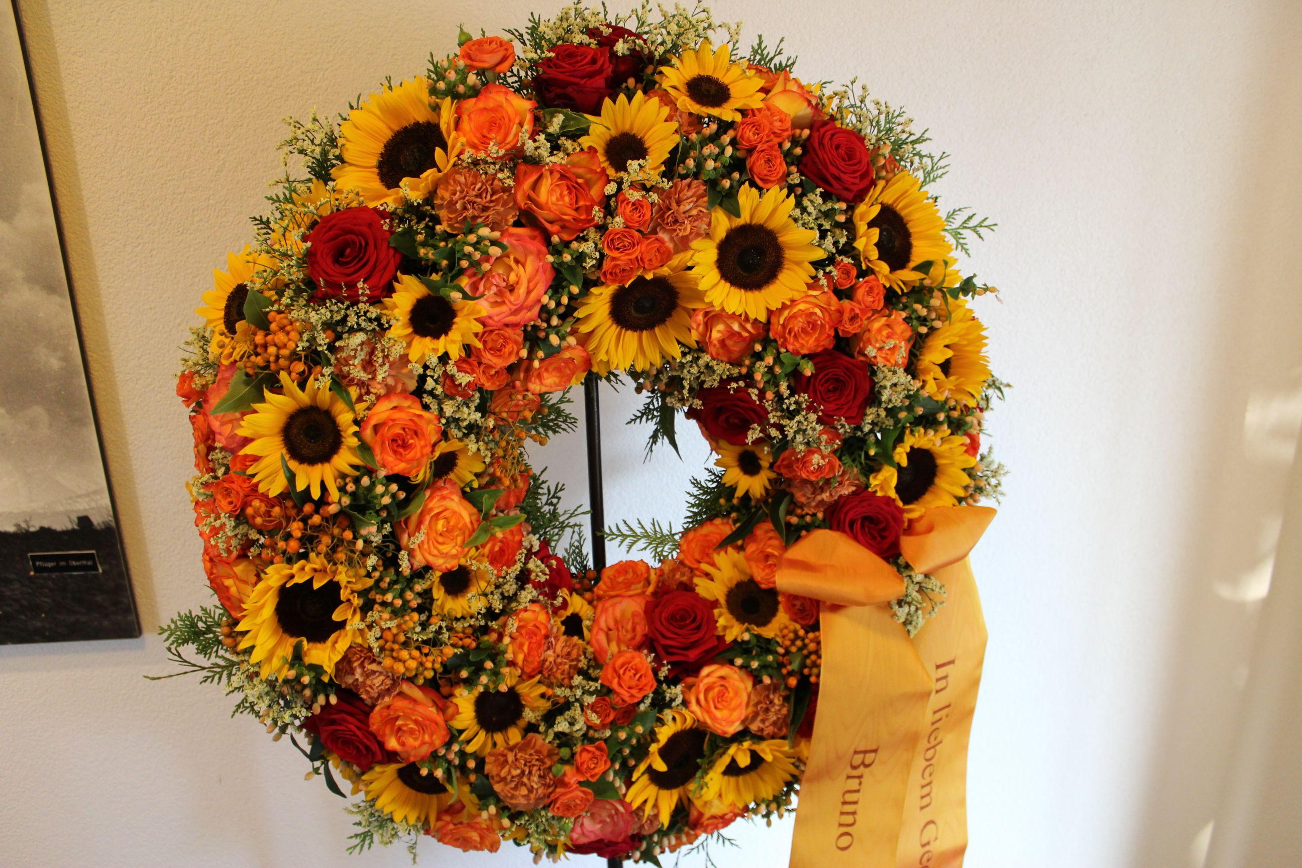 Herbstlicher Blumenkranz mit Sonnenblumen Trauerfloristik