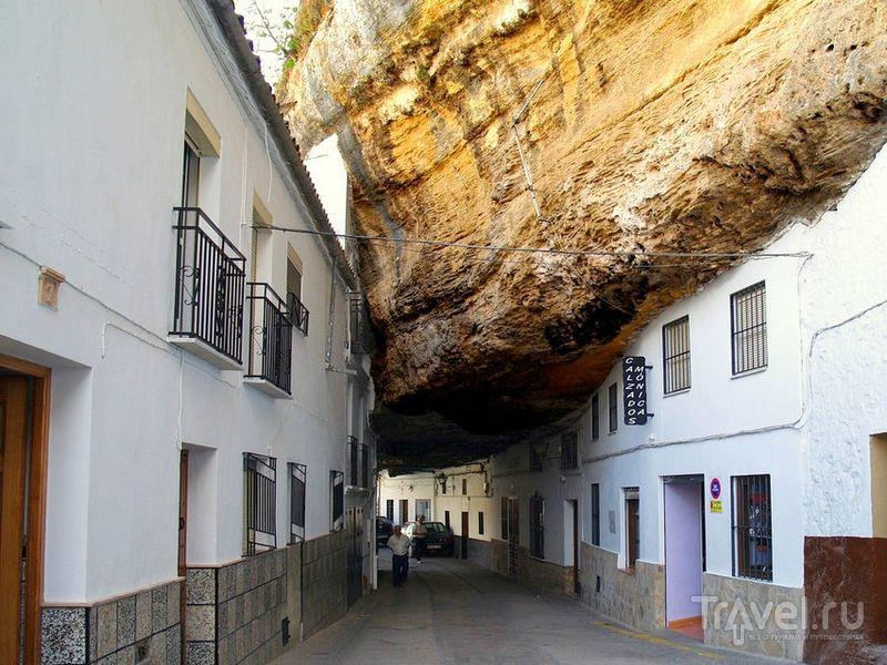 Базальтовые скалы на улицах Сетениль-де-лас-Бодегас, Испания / Испания
