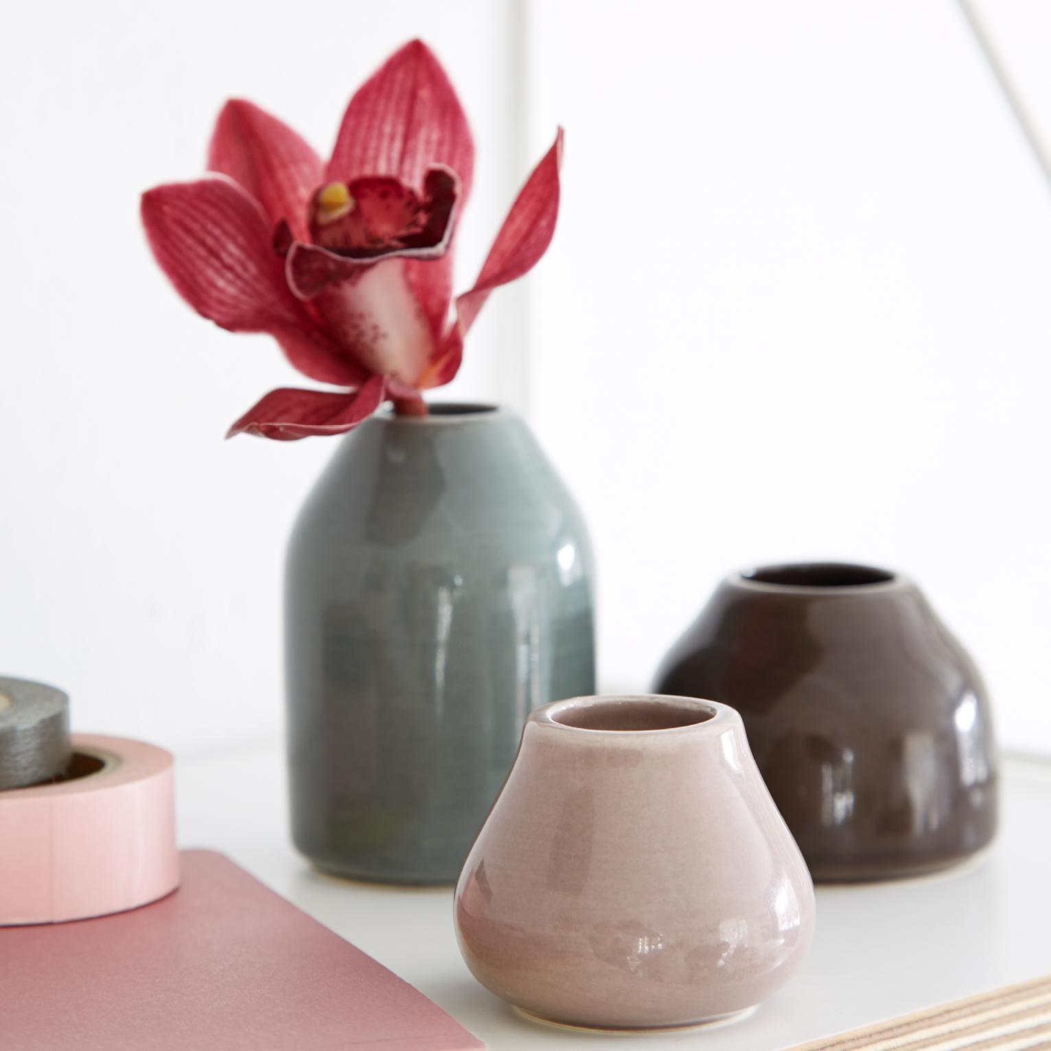 Kähler Designin Botanica-sarjan luonnonläheiset vaasit sopivat kodin niin arki- kuin juhlasisustukseenkin. Sarjan tuotteet sopivat täydellisesti yhteen ja niiden avulla luot kauniit kattaukset ja sommitelmat.