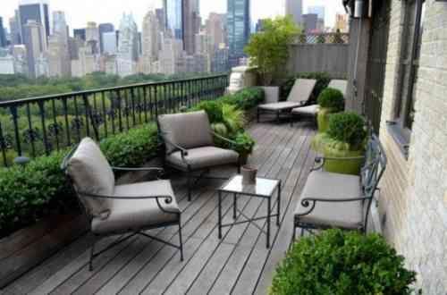en ville optez sur un balcon vert avec plus de vegetation et moins de meubles