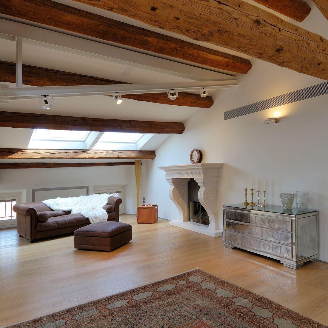 Un attico in centro citt vivere la mansarda for Entrate case moderne