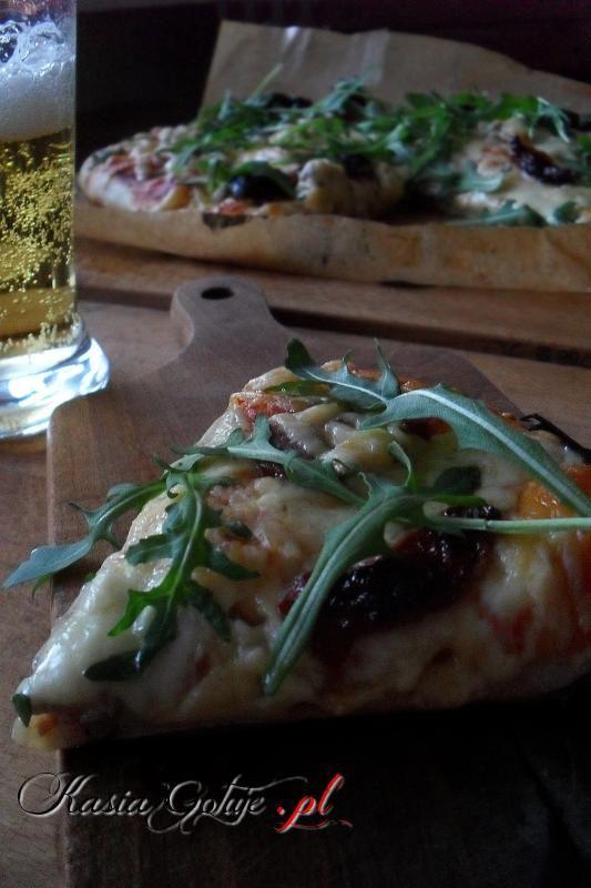 Pizza z chorizo, suszonymi pomidorami, serem i rukolą