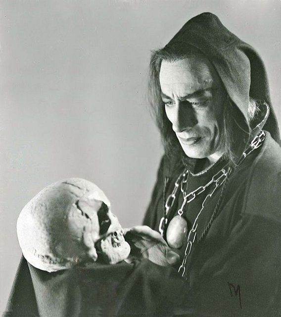 Hamlet_yorik- HAMLET: 'Alas poor Yorick, I knew him, Horatio: a fellow of infinite jest,.. (Act 5, Scene1)
