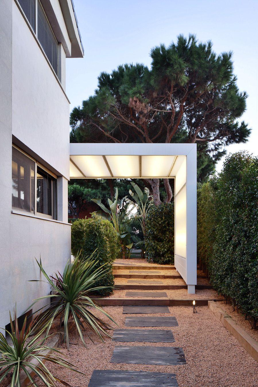 Exterior porche contemporaneo paisajismo via for Iluminacion exterior