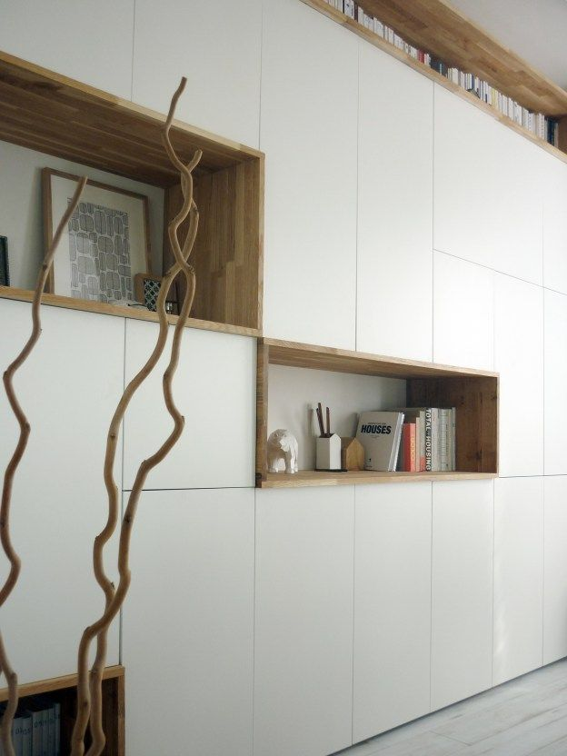 Mur rangements blanc bois scandinave am nagement mural for Meubler un grand mur