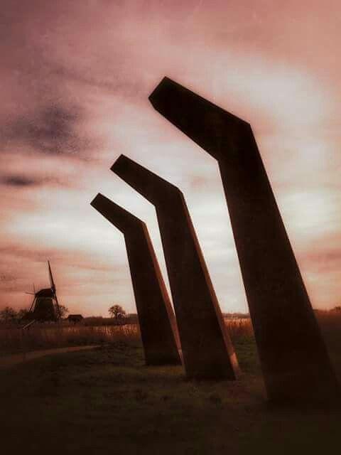 """Rotterdam...Kunstwerk"""" Ritme van drie"""" staat bij de Rottemeren..deze drie roestige objecten staan voor """"Land,Lucht en Water""""..apart kunstwerk..wel mooie foto...L.Loe"""