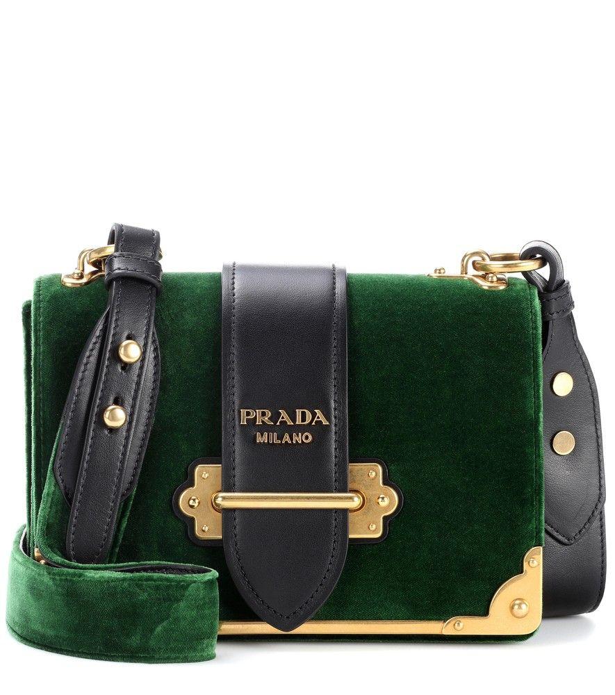 8039e0a3f293b Prada - Schultertasche Cahier aus Samt und Leder - Das Mailänder Luxuslabel  Prada ist weltweit für seine hochqualitativen Accessoires und Schuhe  berühmt.