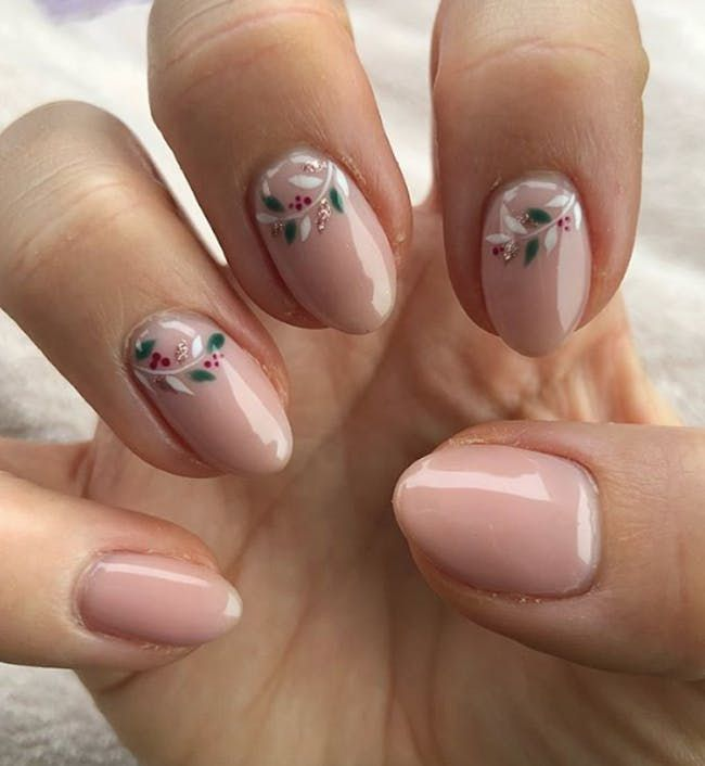 Upgrade Your Holiday Mani With Mistletoe Nail Art #holidaynails