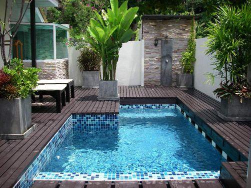 Peque a piscina en el patio atico jardin en la terraza for Piscinas en aticos