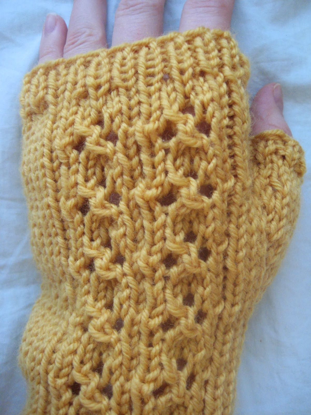 Cloverleaf Eyelet Fingerless Gloves Needles: US Size 6 DPN & US Size ...