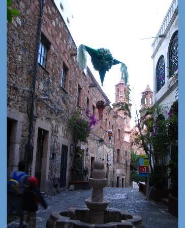 narrow-streets-in-taxco.jpg 364×450 pixels
