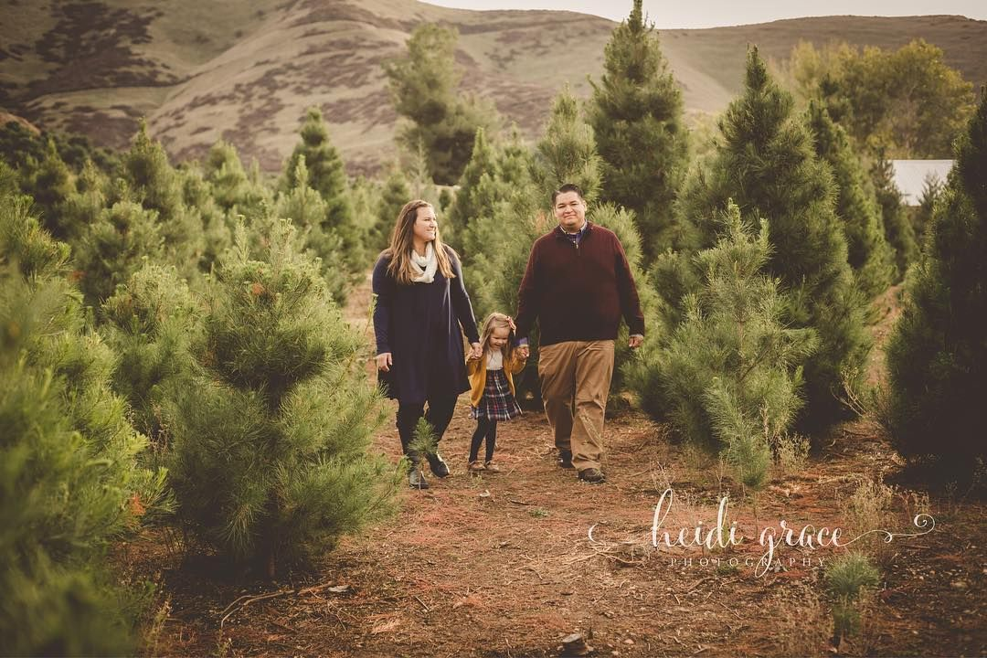 Fall Family Session At Southern California Christmas Tree Farm By Www Heidigracephotography Family Holiday Pictures Winter Family Pictures California Christmas