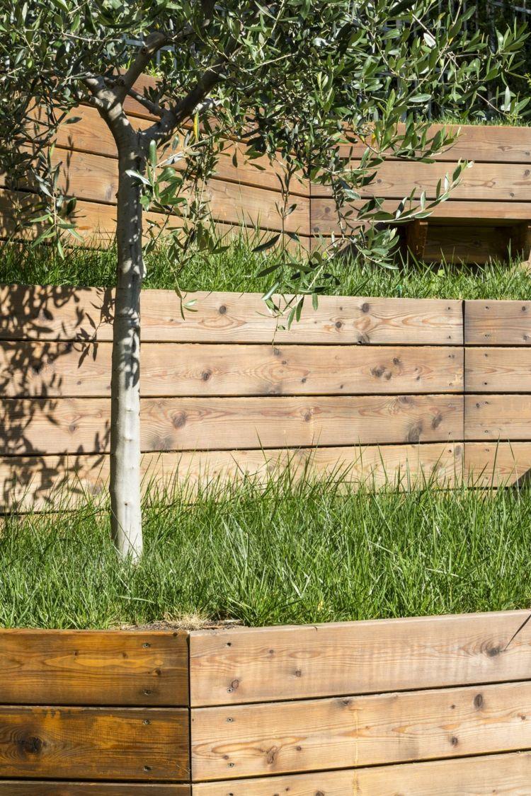 Comment Faire Un Terrassement En Pente jardin en pente avec arbres, gazon et murs de soutènement en