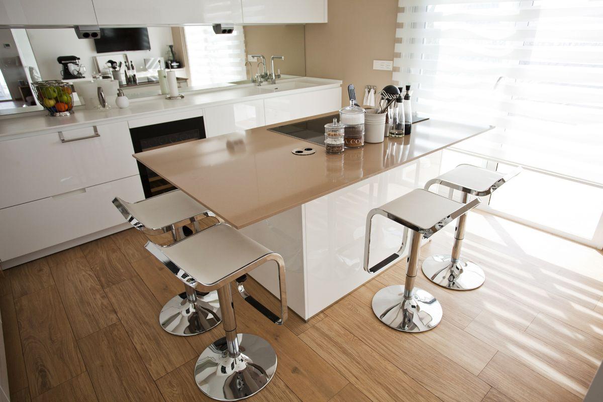 cocina en blanco con pared y encimera isla en color moka isla