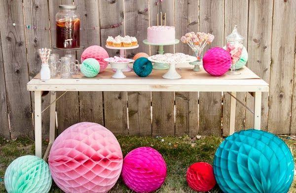 Versier je tuin of terras met pompoms voor een extra feestelijk gevoel. #Fuif #Feest