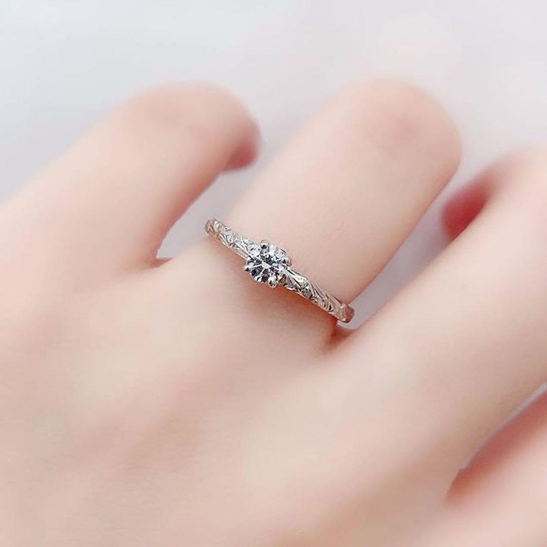 ハワイアンジュエリー結婚指輪 マカナ on instagram makana hawaiian 新作の婚約指輪 特徴は 側面のデザインとセッティングされたブルーダイヤ そして 細身のリングながら入ったハワイ手彫りです 関西エリアで新作の婚約指輪が全種類見られるのはミ