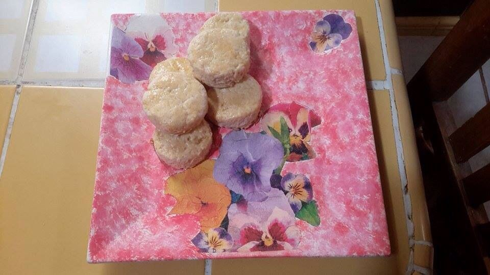 Les comparto la imagen de este plato que hice con la técnica de servilleta y pintado con técnica de estarcido. Acompañado de unos deliciosos scounts que horneó mi hija.