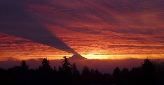 Usa, Seattle. A circa 80 km dalla città sorge un particolare vulcano dormiente, il Monte Rainer. Quest'ultimo ogni anno nel periodo invernale regala uno spettacolo unico. La sua ombra è visibile nel cielo, proiettata sulle nuvole.