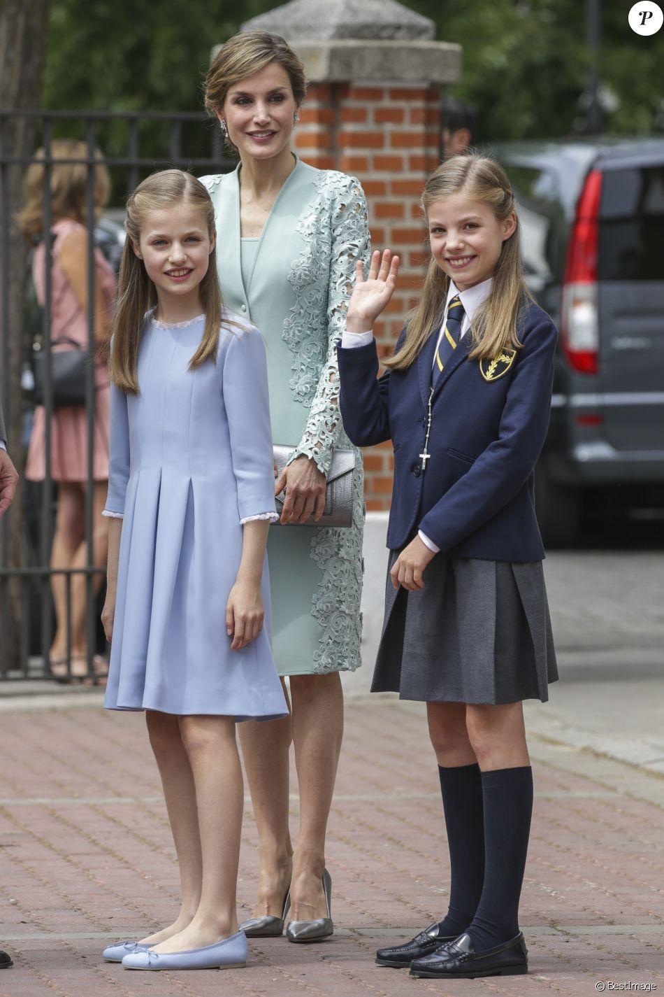 adb17a727e La reine Letizia d Espagne et ses filles la princesse Leonor et l infante  Sofia lors de la première communion de l infante Sofia d Espagne