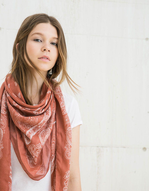 Pañuelo Paisley rosado. Descubre ésta y muchas otras prendas en Bershka con…