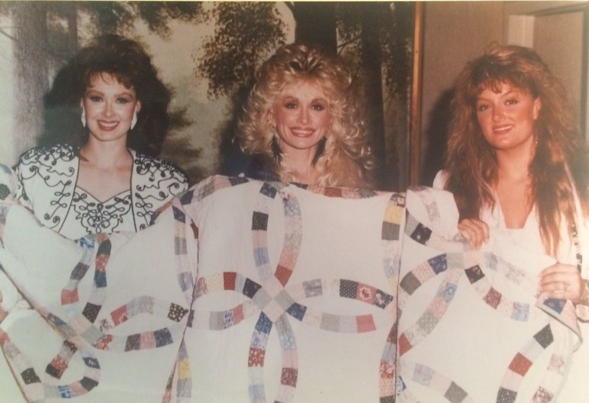 Naomi Judd Dolly Parton And Wynonna In September 1989 Holding A Double