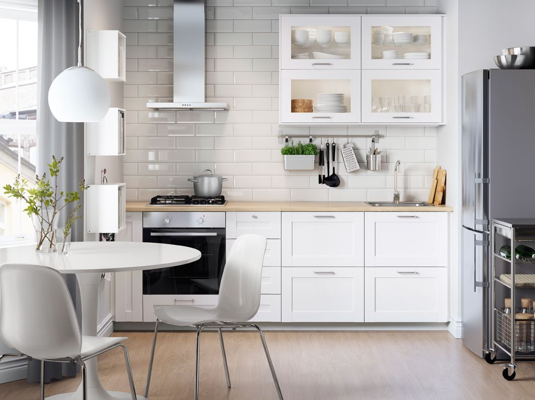 Cocina blanca con electrodom sticos en acero inoxidable for Mesa cocina blanca