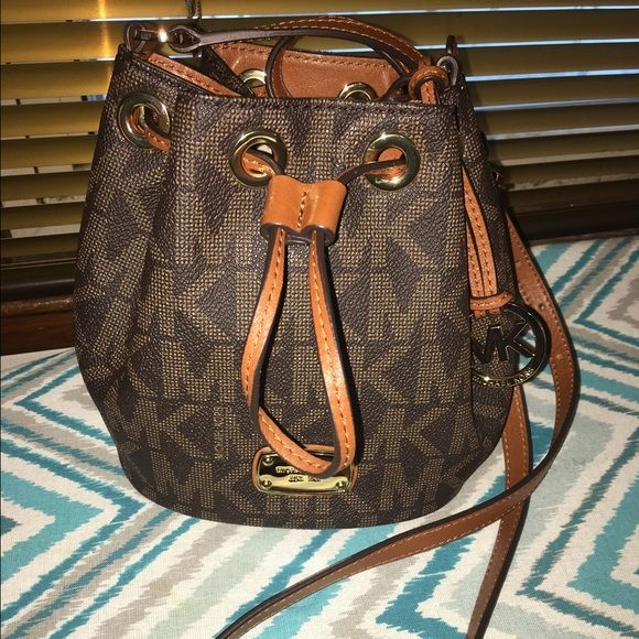 Michael Kors small Jules drawstring Crossbody Carried only once. Like new!!! I DO NOT TRADE‼️ Michael Kors Bags Crossbody Bags