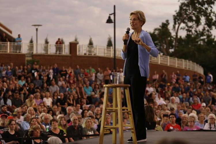 Behind Elizabeth Warren S Surge Emotional Punch Coupled With Attention To Detail Los Angeles Times Elizabeth Warren Elizabeth Couples
