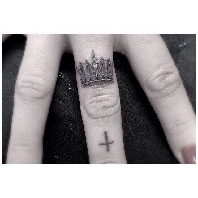 Corona En El Dedo Tatuajes Elegantes Tatuajes Tatuajes En Los