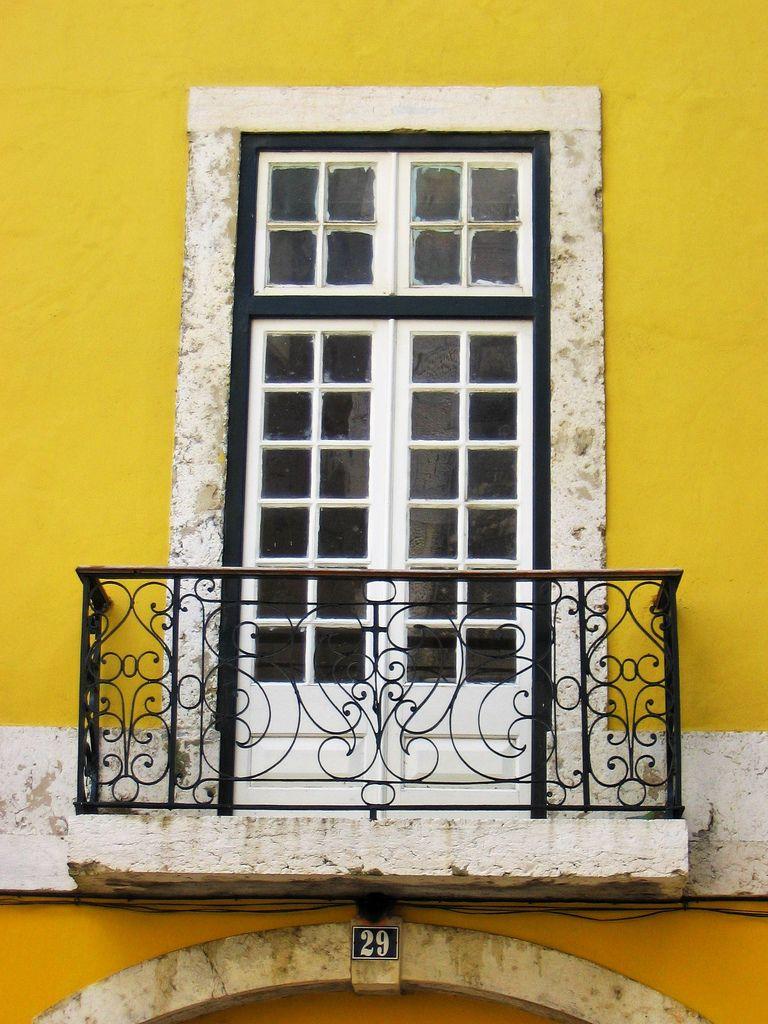 Resultado de imagem para portas e janelas antigas portuguesas