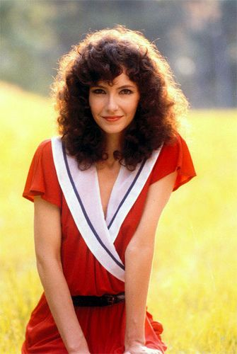 Mary Steenburgen Back In The Day Outfit Is Ugly But She Looks Wonderful Anyway