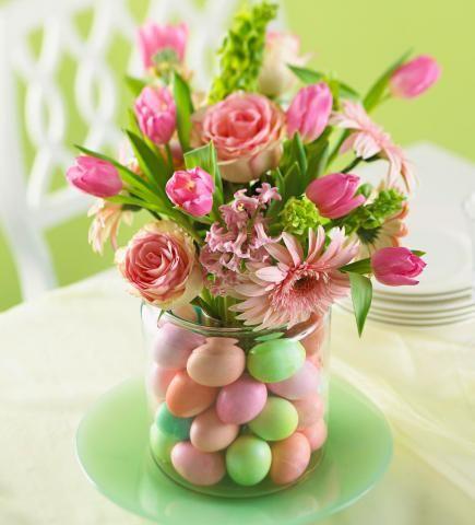 Kaunis pääsiäiskoriste tulee, kun laittaa isoon maljakkoon keskelle pienen juomalasin, lasin ympärille munia ja kauniin kukkakimpun lasiin.