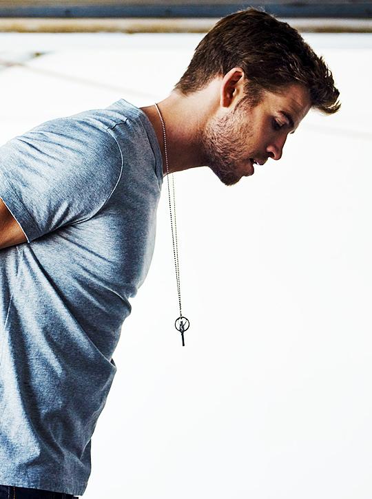 Andre AKA Liam Hemsworth wearing his Underworld radar around his neck.