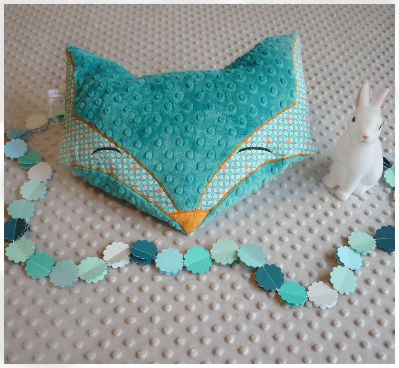 coussin renard petit pan turquoise motif g om trique linge de lit enfants par les petits. Black Bedroom Furniture Sets. Home Design Ideas