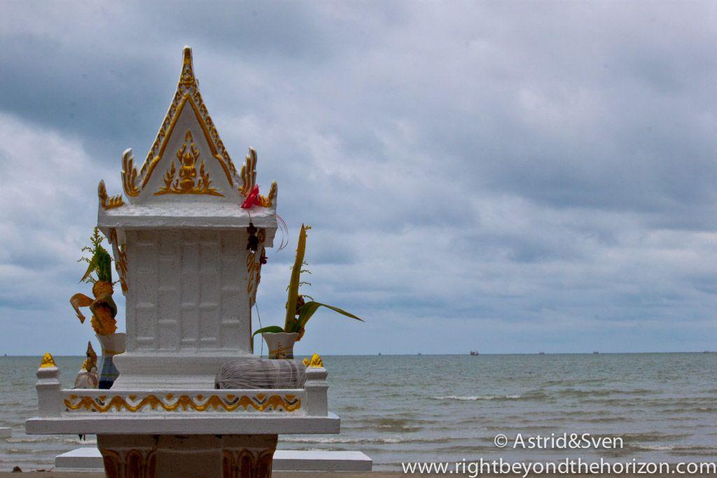 spirit house at the Gulf of Thailand #thailand #gulfofthailand #justanotherworldtrip #spirithouse #travel