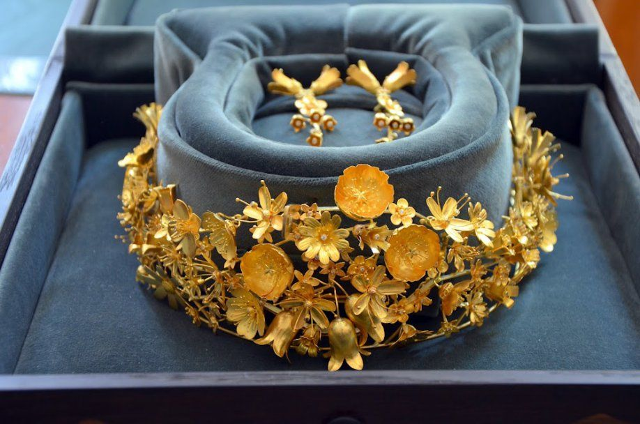 Tiara for the Danish Queen made from gold from Greenland and showing the flowers from there.