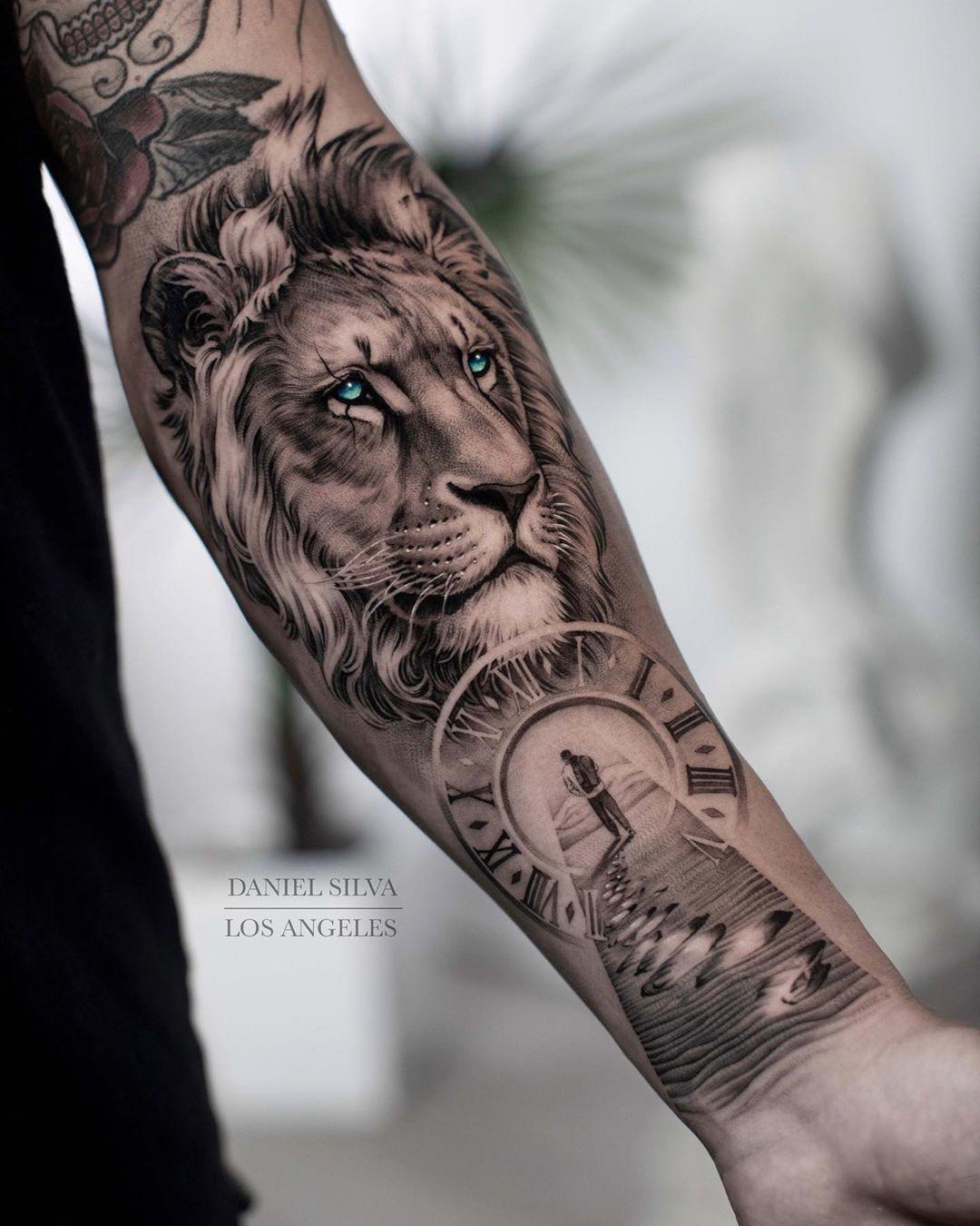 Tatuagem realista de leão com relógio em preto e cinza