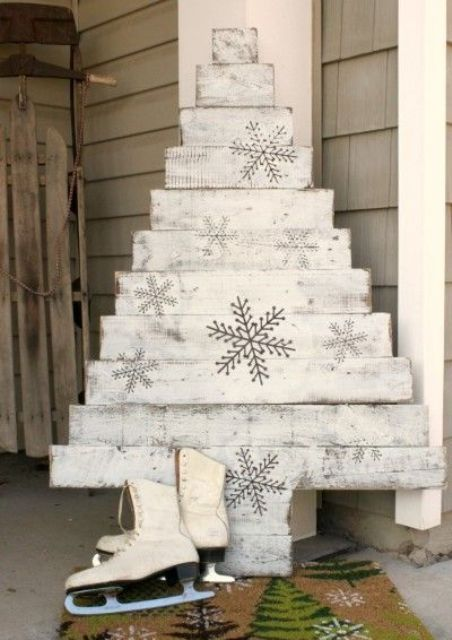 whitewashed pallet wood Christmas tree with snowflakes Christmas - christmas decor pinterest
